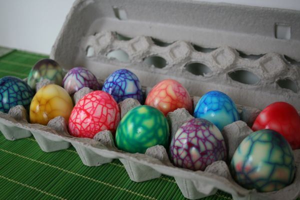 carton-of-colored-eggs